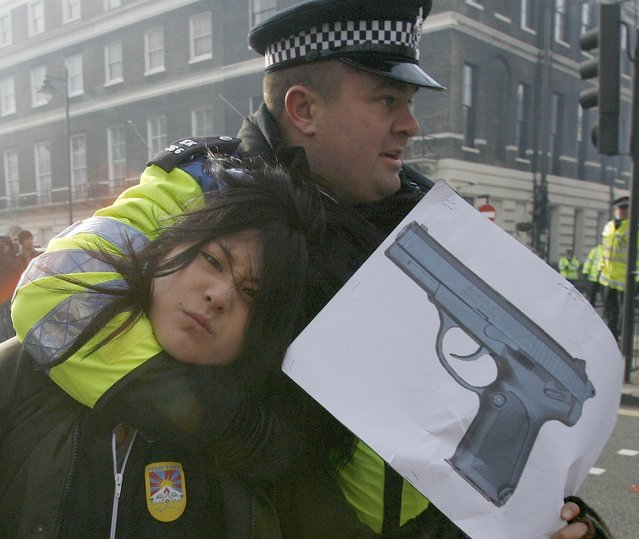 Police arrest a pro-Tibet protester outside the Chinese embassy, during a visit by Chinese Premier Wen Jiabao, in central London February 1, 2009. (Photo by Andrew Winning/Reuters)