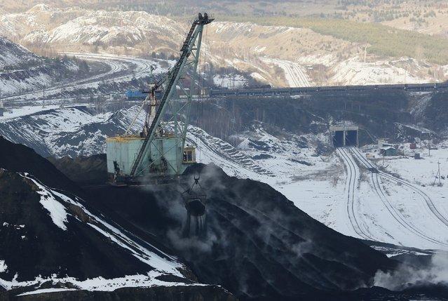 A dredge works on a coal storage at the Borodinsky opencast colliery, near the Siberian town of Borodino, east of Krasnoyarsk, Russia October 27, 2015. (Photo by Ilya Naymushin/Reuters)