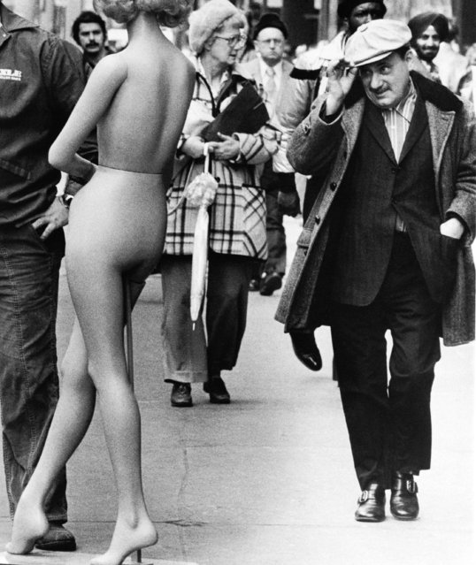 A hint of Spring Fever is evidenced by this passerby tipping his hat to a store fixture mannequin on a State St. sidewalk in downtown Chicago on March 23, 1978. The mannequin was awaiting pickup to be transported. (Photo by AP Photo)
