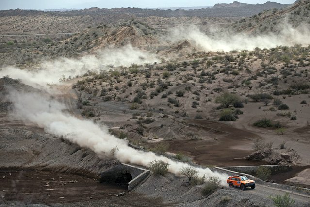 Hummer driver Robby Gordon of the U.S drives during the 3rd stage of the Dakar Rally 2015, from San Juan to Chilecito January 6, 2015. (Photo by Felipe Dana/Reuters)