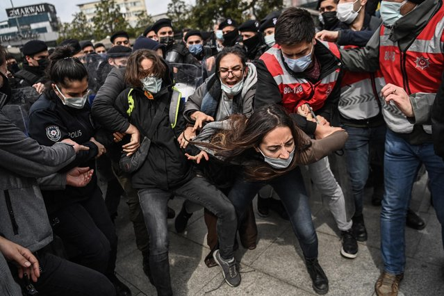Turkish anti riot police officers detain a group of protesters during a demonstration in support of Bogazici University students – arrested as they were protesting against the nomination of a university rector appointed by the Turkish President – in front of the Istanbul's courthouse, in Istanbul, on March 26, 2021. (Photo by Ozan Kose/AFP Photo)