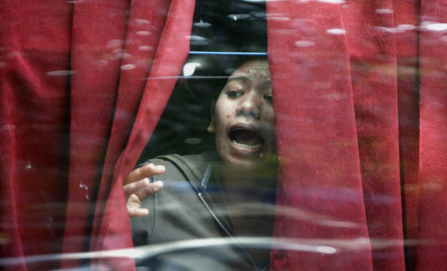 A woman evacuated from the besieged Trident-Oberoi Hotel looks out of a bus in Mumbai, November 2008. (Photo by Desmond Boylan/Reuters)