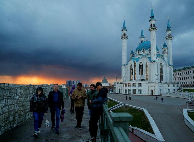 People walk near Qol Sharif Mosque, also known as Kul Sharif Mosque, at the Kazan Kremlin in Kazan, Russia on September 6, 2021. (Photo by Evgenia Novozhenina/Reuters)