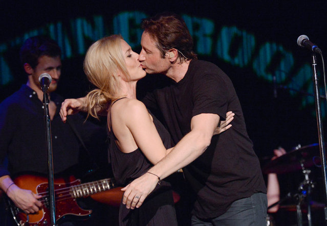 "David Duchovny and actress Gillian Anderson kiss during his performance at The Cutting Room, in support of the release of his debut album ""Hell Or Highwater"", on Tuesday, May 12, 2015, in New York. (Photo by Evan Agostini/Invision/AP Photo)"