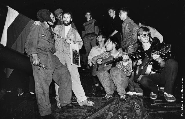 Residents play music and talk to soldiers in front of the Russian White House in central Moscow early on August 20, 1991
