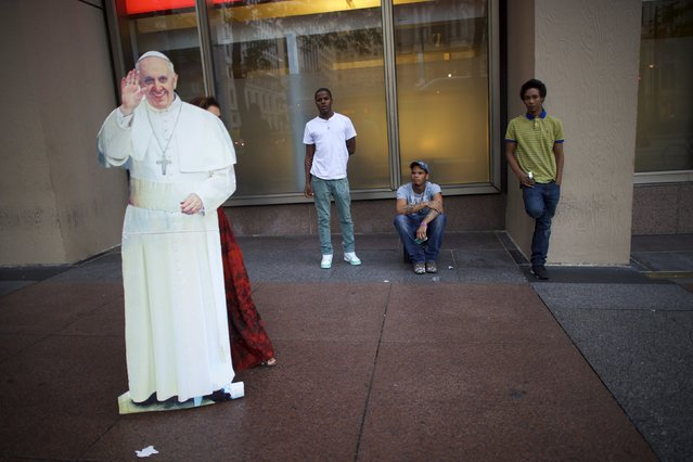 Christa Scalies, the co-creator of the Pop-Up Pope, can be seen behind a cardboard cut-out of Pope Francis as she walks through the city center in Philadelphia, Pennsylvania, September 16, 2015. (Photo by Mark Makela/Reuters)