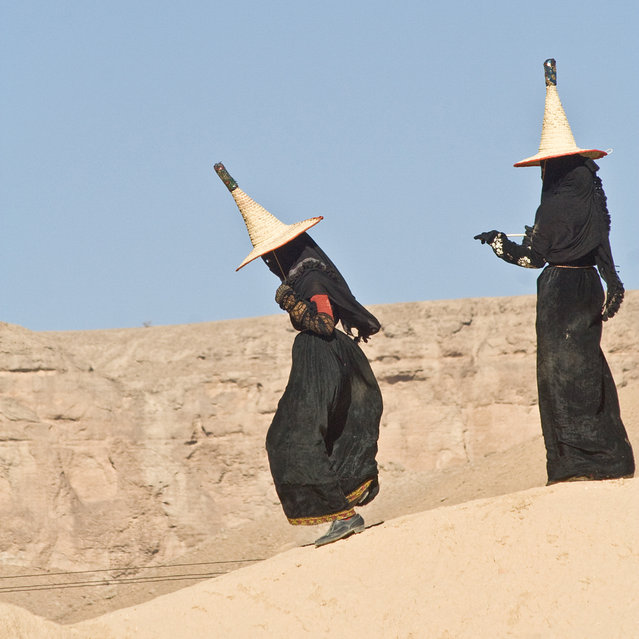 Wadi Hadhramaut, Hadhramaut Governorate, Yemen: women in abayas and traditional straw hats – conical witches hats, known as madhalla. (Photo by Eric Lafforgue)