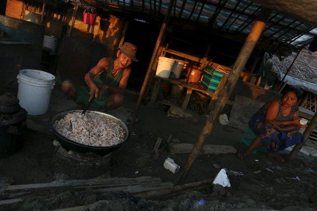 A man cooks a dish at a market in Yangon November 6, 2015. (Photo by Soe Zeya Tun/Reuters)