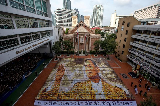 Some 1,250 students from the Assumption College hold cards to form an image of  Thailand's late King Bhumibol Adulyadej, in his honour, in Bangkok, Thailand, October 28, 2016. (Photo by Athit Perawongmetha/Reuters)