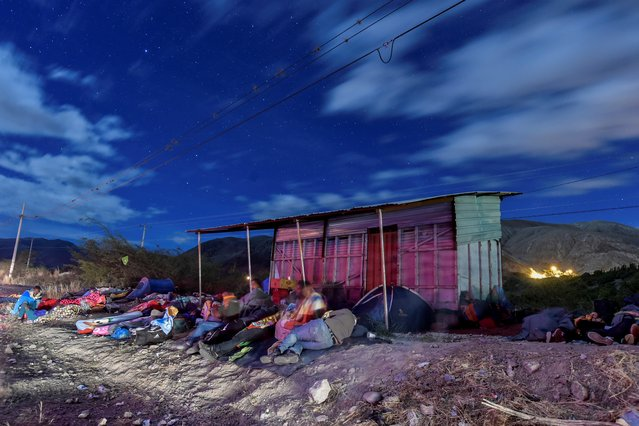 Venezuelan migrants on their way to Peru sleep along the Pan-American Highway between Tulcan and Ibarra in Ecuador, after entering the country from Colombia, on August 22, 2018. Ecuador announced on August 16 that Venezuelans entering the country would need to show passports from August 18 onwards, a document many are not carrying. And Peru followed suit on August 17, announcing an identical measure due to begin on August 25. (Photo by Luis Robayo/AFP Photo)
