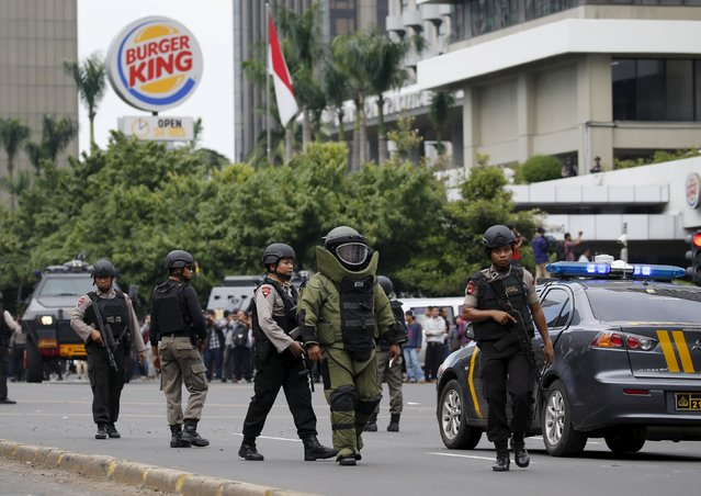 Indonesian police bomb squad members walk to the site of a bomb blast at Thamrin business district in Jakarta, January 14, 2016. (Photo by Reuters/Beawiharta)