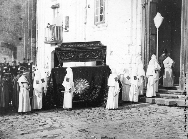 1900: A funeral procession in Naples