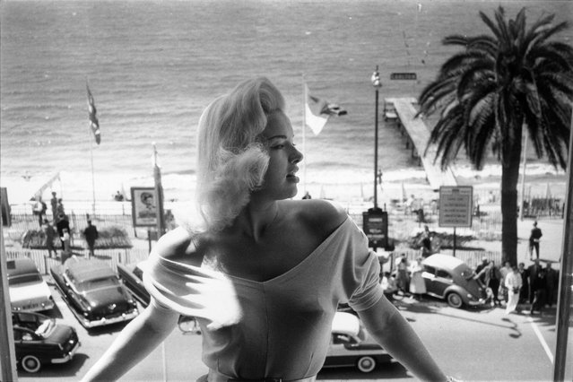 Blonde beauty Diana Dors enjoys the view from her balcony in Cannes during the Cannes International Film Festival, May 19, 1965, in France. (Photo by John Chillingworth/Picture Post/Getty Images)