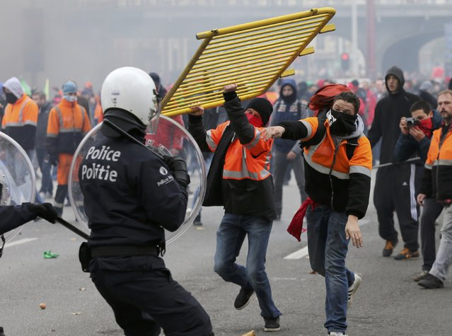 Demonstrators confront riot police during clashes in central Brussels November 6, 2014. (Photo by Francois Lenoir/Reuters)