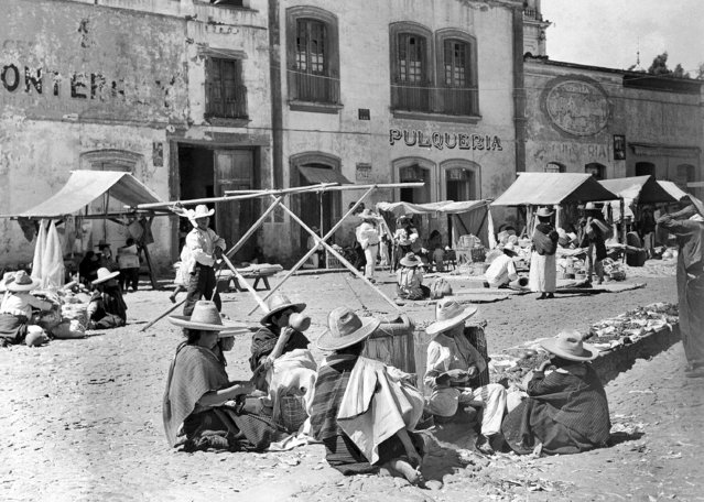 Mexican market near Toluca, about sixty miles from Mexico City, June 22, 1940. (Photo by Frank Filan/AP Photo)
