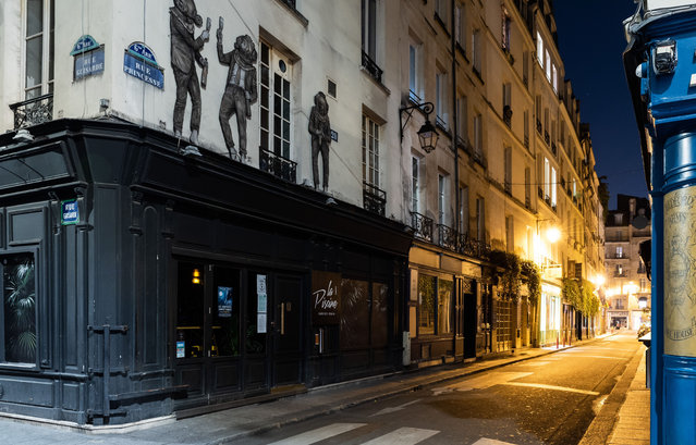 First night of curfew to curb the spread of the covid19 epidemic in Paris. Saturday 18 October 2020, crossroads of princess street and  guisarde street, Paris 6th arrondissement. (Photo by Jeanne Accorsini/SIPA Press)