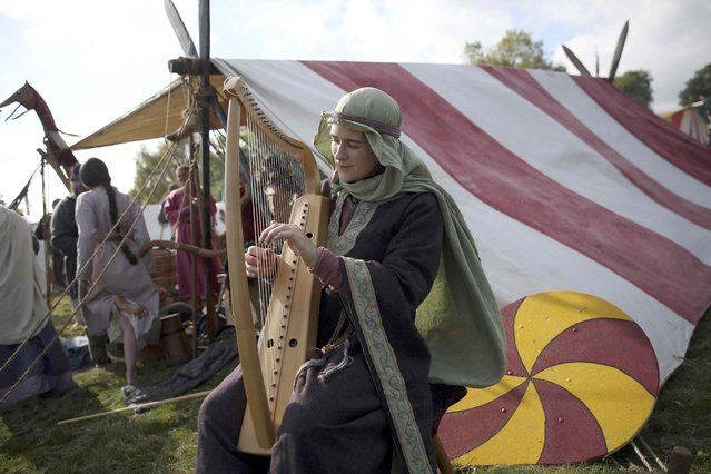 Re-enactors dress in historical costume as part of the Battle of Hastings anniversary commemoration events in Battle, Britain October 15, 2016. (Photo by Neil Hall/Reuters)