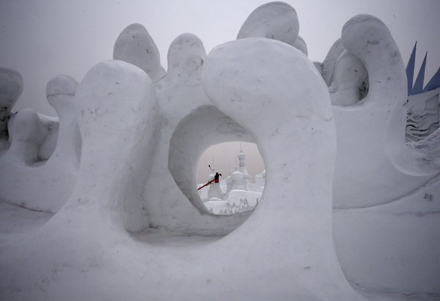 Workers polish a snow sculpture ahead of the 31st Harbin International Ice and Snow Festival in the northern city of Harbin, Heilongjiang province, January 4, 2015. (Photo by Kim Kyung-Hoon/Reuters)