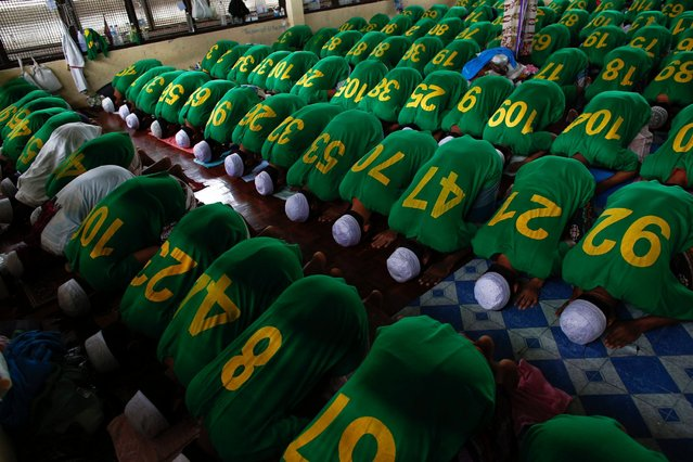 Rohingya Muslim illegal immigrants pray at the Immigration Detention Centre during Ramadan in Kanchanaburi, on July 11, 2013. (Photo by Athit Perewongmetha/Reuters)