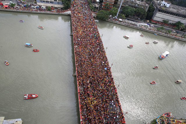 Devotees occupy Jones bridge as they take part in the annual procession of the Black Nazarene in metro Manila, Philippines January 9, 2017. (Photo by Romeo Ranoco/Reuters)