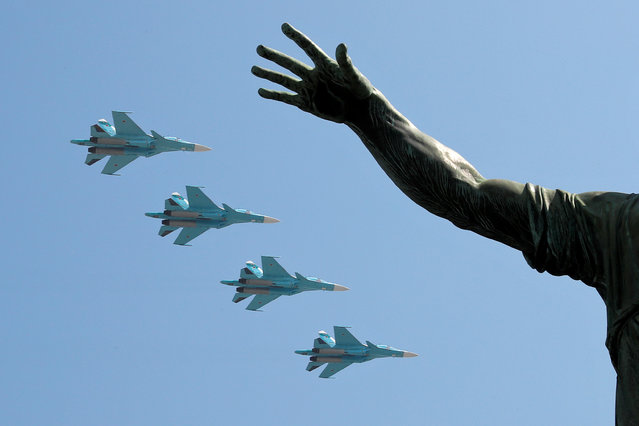 Su-34 military fighter jets fly in formation during a rehearsal for the Victory Day parade, which marks the anniversary of the victory over Nazi Germany in World War Two, above a monument to Kuzma Minin and Dmitry Pozharsky in Red Square in central Moscow, Russia on May 7, 2019. (Photo by Shamil Zhumatov/Reuters)