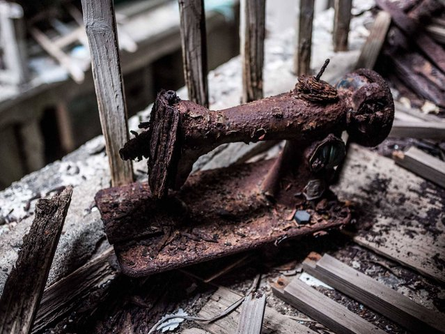 A rust-encrusted sewing machine. (Photo by Mark C. O'Flaherty)
