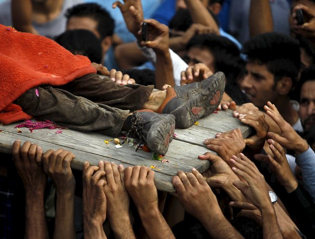 Kashmiri villagers carry the body of a suspected militant during his funeral in Kakapora village, south of Srinagar, August 7, 2015. Three residential houses were damaged and a militant was killed in an encounter with Indian security forces in south Kashmir's Pulwama district, local media and police said. (Photo by Danish Ismail/Reuters)