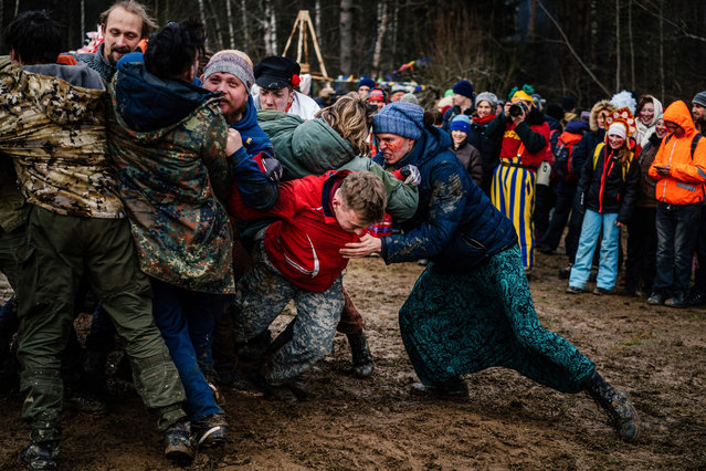 People compete during the celebrations of Maslenitsa or Shrovetide close to the village of Khlyupino, some 60 km outside Moscow on March 1, 2020. Shrovetide or Maslenitsa is an ancient farewell ceremony to winter, traditionally celebrated in Belarus, Russia and Ukraine and involves the burning of a large effigy. (Photo by Dimitar Dilkoff/AFP Photo)