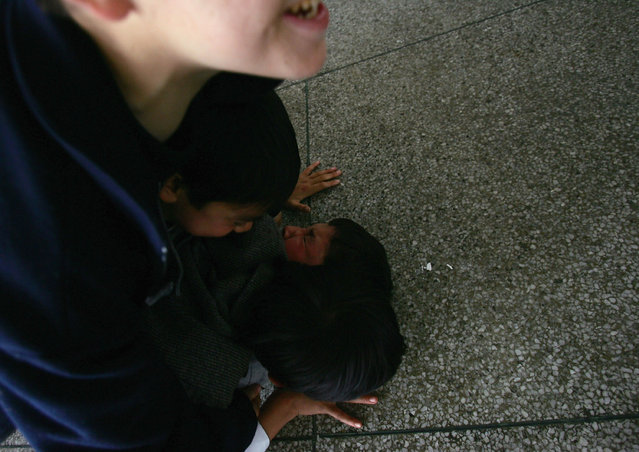 Chinese kids play with each others at an assistance center February 23, 2005 in Shenzhen, Guangdong Province, China. (Photo by Cancan Chu/Getty Images)