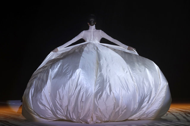 A model presents a creation by Stephane Rolland during the 2018 spring/summer Haute Couture collection fashion show on January 23, 2018 in Paris. (Photo by Patrick Kovarik/AFP Photo)