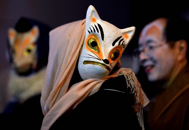 Residents in fox makeup participate in the Oji Fox parade to thank the outgoing and welcome the incoming year at the Oji Inari shrine in Tokyo late on December 31, 2017. (Photo by Toshifumi Kitamura/AFP Photo)