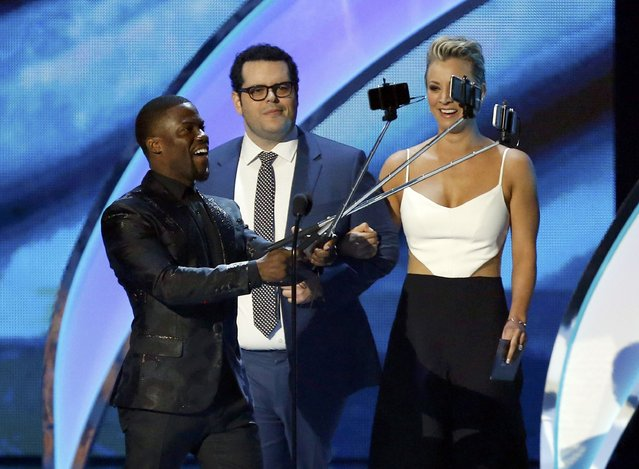 "Actors Kevin Hart (L), Josh Gad and Kaley Cuoco, from the film ""The Wedding Ringer"", take selfies as they take the stage during the 2015 People's Choice Awards in Los Angeles, California January 7, 2015. (Photo by Mario Anzuoni/Reuters)"