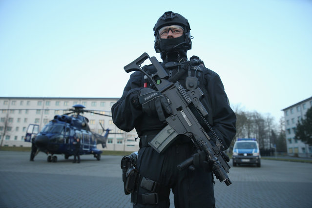 Members of the new BFEplus anti-terror unit of the German federal police holds a G36C automatic weapon after taking part in a capabilities demonstration at a police training facility on December 16, 2015 in Ahrensfelde, Germany. The BFEplus, whose acronym stands for Beweissicherungs und Festnahme Einheit, or Evidence Safeguarding and Arrest Unit, is to support the GSG9 police special forces unit in containing domestic terror threats. Germany is on high-alert following the November Paris terror attacks and a credible threat at the Germany vs. Holland football match in Hanover. (Photo by Sean Gallup/Getty Images)