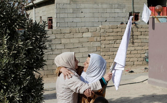 A woman holds up a white flag as she greets her relative in Mosul, Iraq November 27, 2016. (Photo by Goran Tomasevic/Reuters)