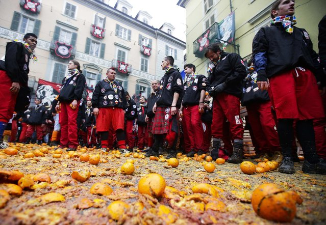 Members of a rival team prepare to fight with oranges during an annual carnival battle in the northern Italian town of Ivrea February 15, 2015. (Photo by Max Rossi/Reuters)