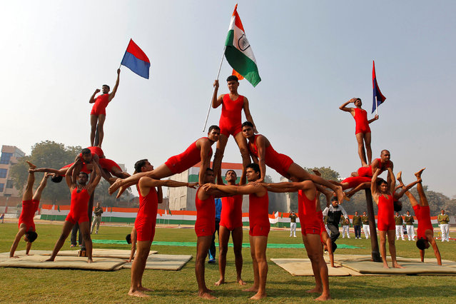 """Policemen perform """"Malkhamb"""" (traditional Indian gymnastics) during the India's Republic Day parade in Allahabad, India January 26, 2017. (Photo by Jitendra Prakash/Reuters)"""