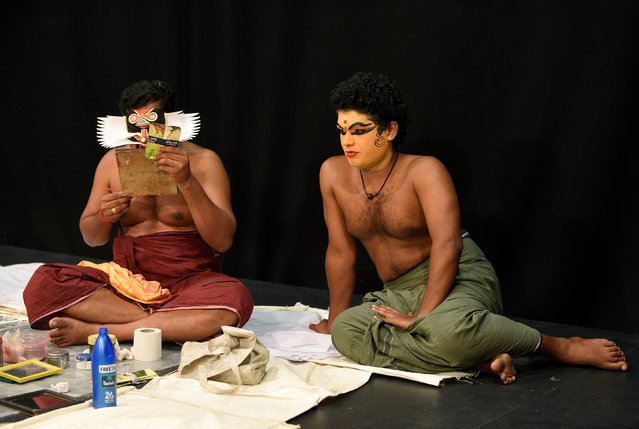 "Members of the Indian company Margi Kathakali theatre apply makeup before their ""Kijote Kathakali"" performance, a Kathakali recital based on the Spanish classic ""Don Quixote"", at the Niemeyer Center in Aviles, northern Spain, July 29, 2016. (Photo by Eloy Alonso/Reuters)"