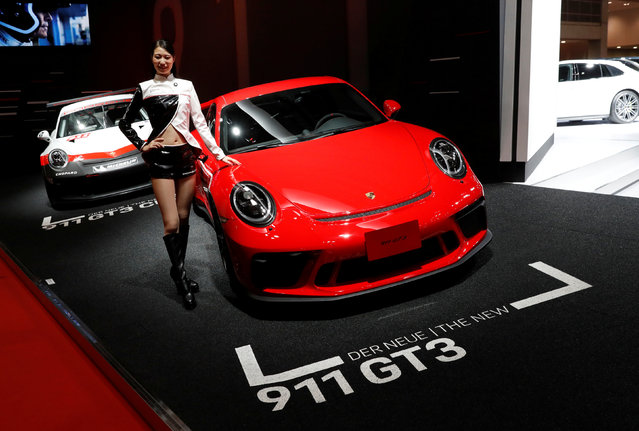 A model presents Porsche 911 GT3 during media preview of the 45th Tokyo Motor Show in Tokyo, Japan on October 25, 2017. (Photo by Kim Kyung-Hoon/Reuters)