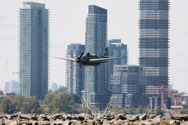 A Grumman TBM Avenger plane performs at the Canadian International Air Show, in Toronto, Ontario, Canada, September 3, 2016. (Photo by Louis Nastro/Reuters)