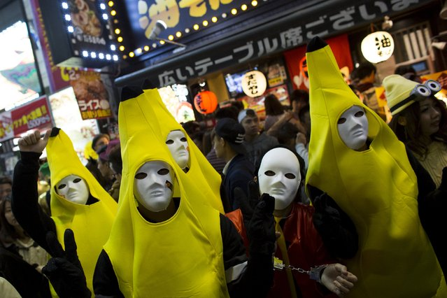 Revellers wearing banana costumes mingle during Halloween celebrations in the Shibuya district in Tokyo, October 31, 2015. (Photo by Thomas Peter/Reuters)