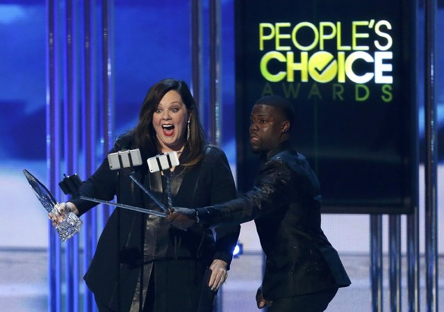 Actress Melissa McCarthy accepts the award for favorite comedic movie actress as presenter Kevin Hart takes selfies during the 2015 People's Choice Awards in Los Angeles, California January 7, 2015. (Photo by Mario Anzuoni/Reuters)