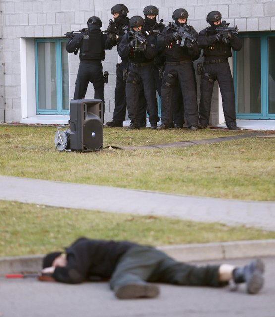Members of German federal police Bundespolizei demonstrate their skills during a presentation of the new unit for arrests and securing evidence (BFE) in Ahrensfelde near Berlin, Germany December 16, 2015. (Photo by Hannibal Hanschke/Reuters)