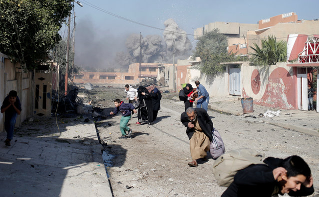 People run in panic after a coalition airstrike hit Islamic State fighters positions in Tahrir neighbourhood of Mosul, Iraq, November 17, 2016. (Photo by Goran Tomasevic/Reuters)
