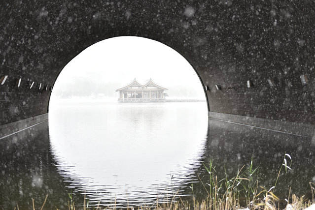 Pavilions are seen on a lake during a snow day in Xi'an, Shaanxi province, China, November 22, 2016. (Photo by Reuters/Stringer)