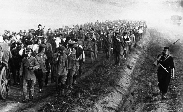 An endless column of Russian prisoners of war taken during recent fighting in the Ukraine on their way to a Nazi prison camp on September 3, 1941. (Photo by AP Photo)