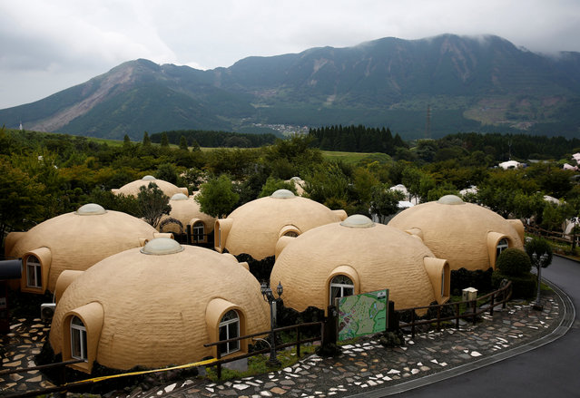 Nestled near a volcano in southern Japan, 450 quake-resistant dome houses put up by a health resort and decorated with flowers and dinosaurs are drawing visitors from across Asia. A dozen polystyrene foam pieces, each so light that two adults can pick it up, are glued together to make the houses. Cabins modelled after Japanese sweets and made from polystyrene foam withstood last year's deadly earthquakes in Kumamoto prefecture. (Photo by Kim Kyung-Hoon/Reuters)