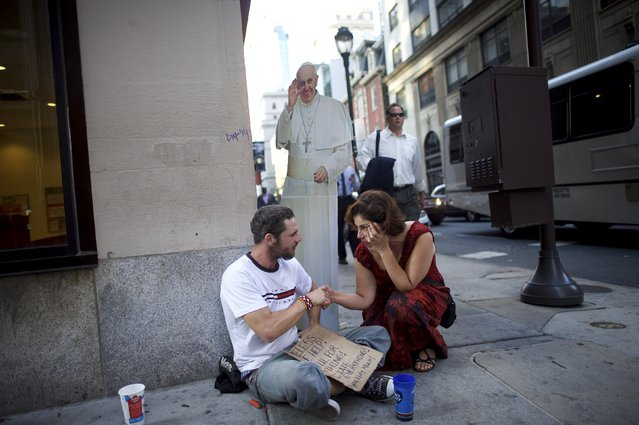 Christa Scalies, the co-creator of the Pop-Up Pope, greets a homeless man in Philadelphia, Pennsylvania, September 16, 2015. (Photo by Mark Makela/Reuters)