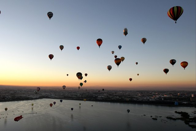 Dozens of hot air balloons take flight during the International Balloon Festival 2017 in Leon, Guanajuato state, Mexico, 18 November 2017. The festival takes place from 17 to 20 November. (Photo by Ulises Ruiz Basurto/EPA/EFE)