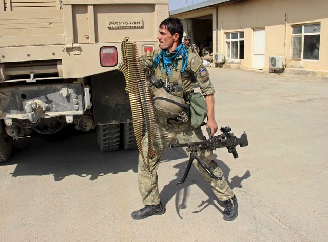 A member of the Afghan special forces arrives for a battle with the Taliban in Kunduz city, northern Afghanistan September 29, 2015. (Photo by Reuters/Stringer)