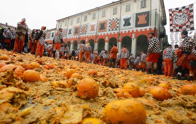 Members of a rival teams prepare to fight with oranges during an annual carnival battle in the northern Italian town of Ivrea February 15, 2015. (Photo by Max Rossi/Reuters)